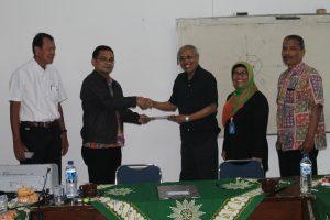 Penyerahan hasil penilaian oleh Assesor (Bp. Sudiyono Kromodiharjo Ph.D) kepada Dekan FT UNIMUS