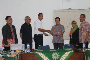 Penyerahan hasil penilaian oleh Assessor BAN-PT (Prof. DR. Mulyadi Bur) kepada Ka. PSTM Unimus
